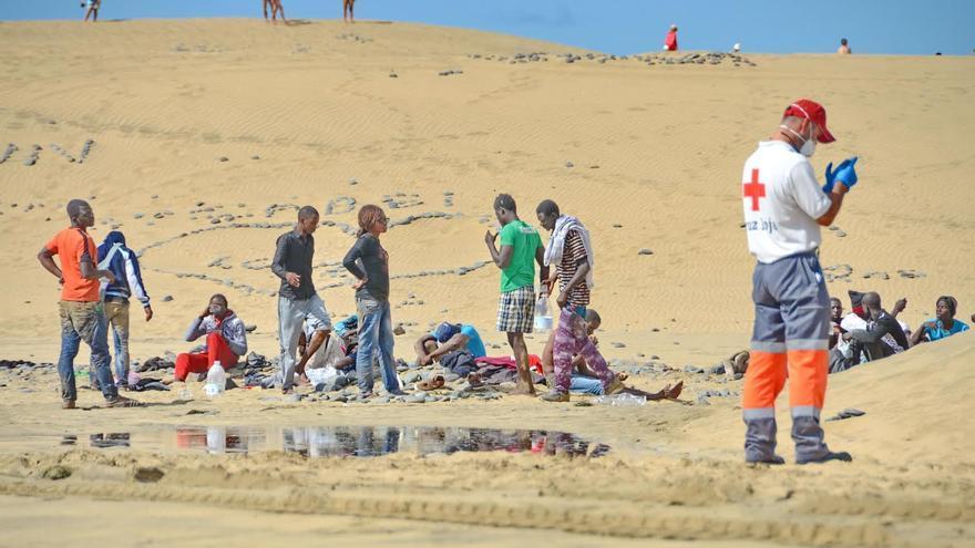 Inmigrantes llegados a la playa de Maspaloma a bordo de una patera y que posteriormente fueron trasladados a comisaría en un camión de basura. Foto: Giorgio  Felice  RAPETTI.