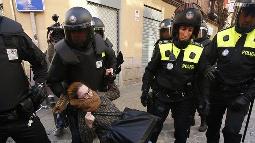 Agresiones de policías municipales madrileños durante el desaojo en 2014 en Lavapiés de una persona con discapacidad.