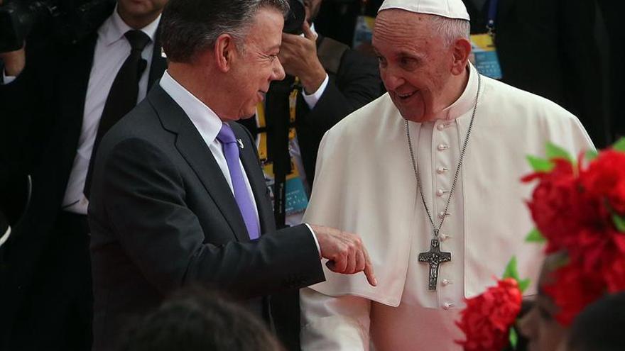 """Santos dice que Colombia está conmovida y """"muy alegre"""" con la visita del papa"""