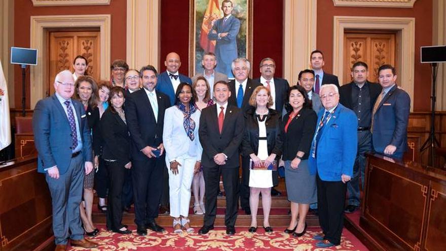 Foto de familia del alcalde con la delegación de San Antonio de Texas que visitó la ciudad en mayo de 2016