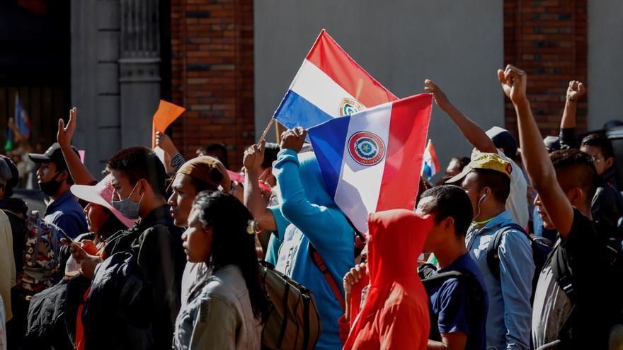 Danzas y reivindicación en una marcha en Asunción de indígenas de Paraguay