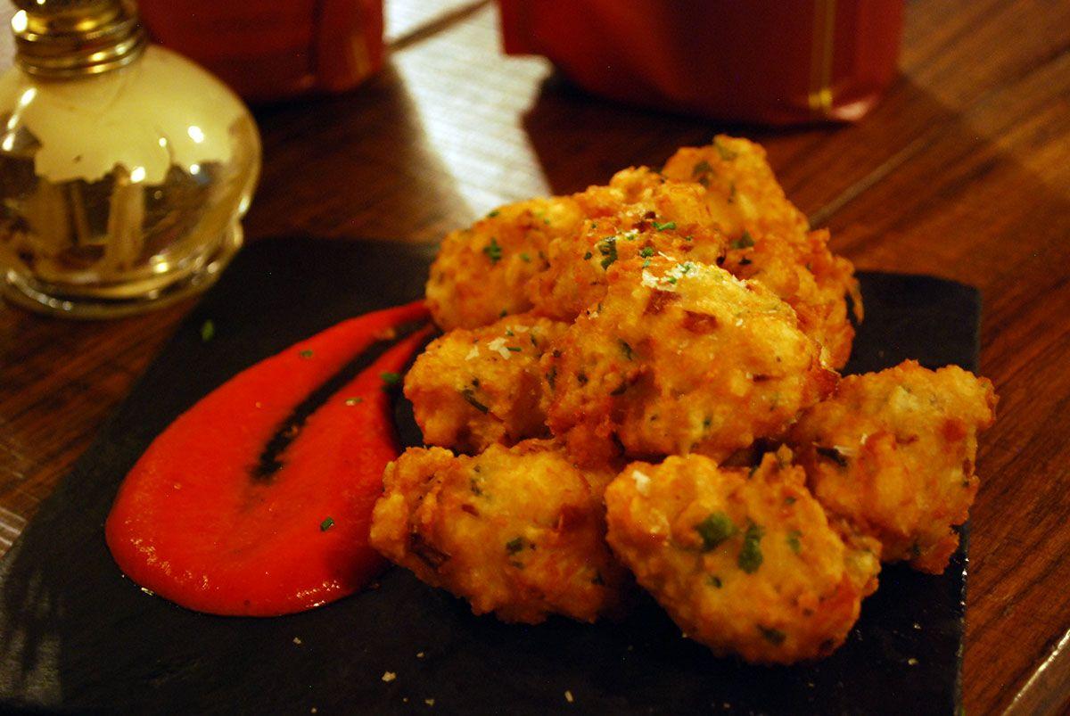 Buñuelos de bacalao con salsa de piquillo_Malasaña a mordiscos_La Pescadería