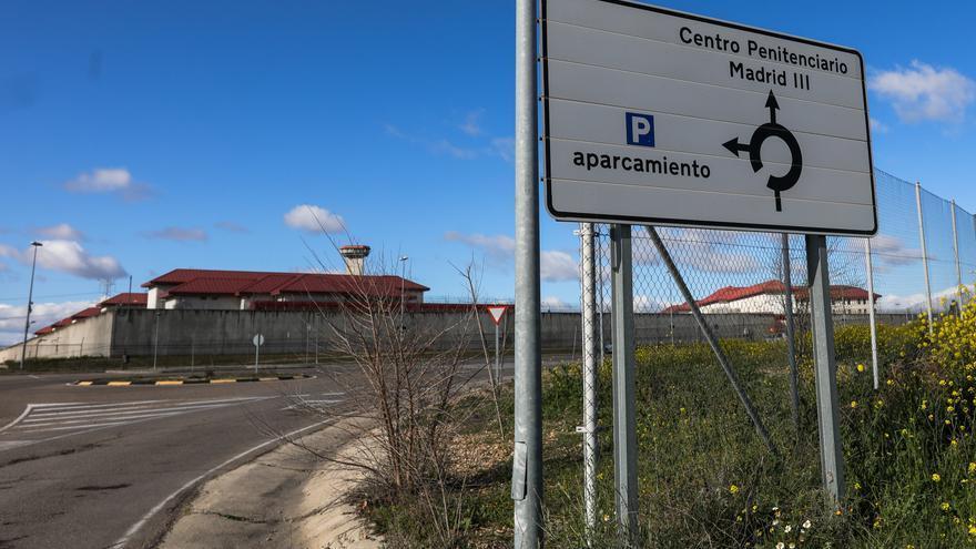 Un cartel indica la dirección a la entrada de la Cárcel de Valdemoro, en Madrid
