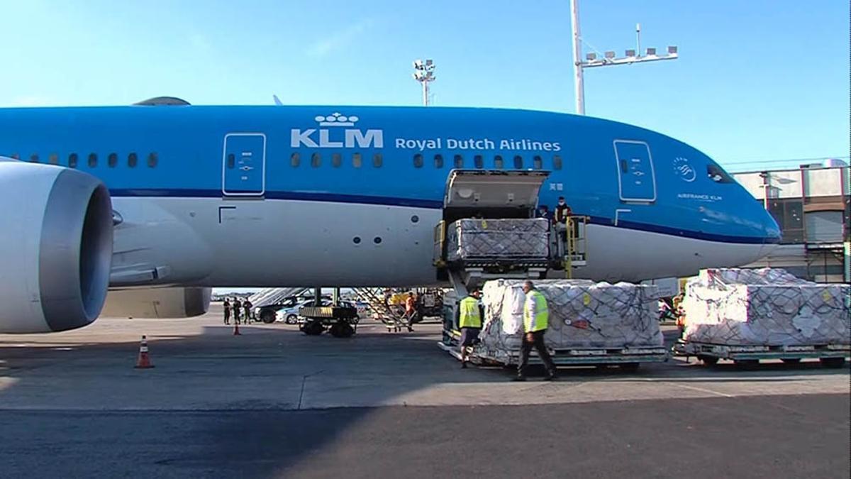 Un avión de KLM trajo más de 200.000 dosis de AstraZeneca
