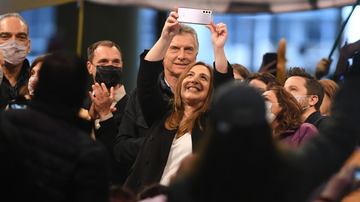 Selfie de Vidal en el cierre de campaña, con Macri en el centro