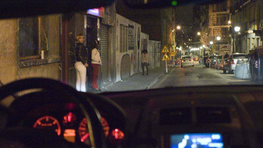 Varias prostitutas en un barrio de Bilbao.