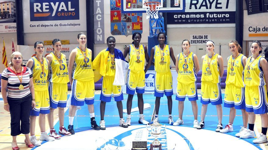 El Islas Canarias campeón de España júnior en 2009. Junto a Ndour, la subcampeona olímpica Leo Rodríguez (4D) y las internacionales Patricia Cabrera (1I), Yurena Díaz (2I) y Farah Suárez (3I)