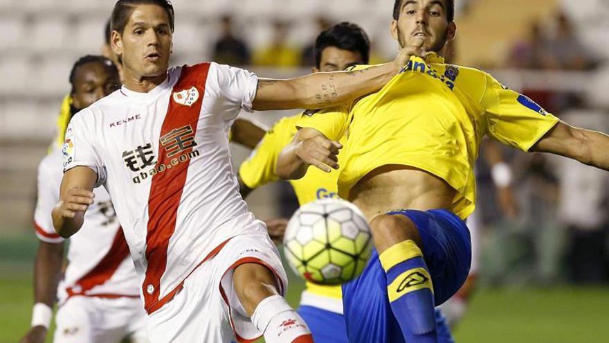 El jugador de Las Palmas, Pedro Bigas (d), disputa el balón con el defensa portugués del Rayo, Ze Castro, durante el encuentro amistoso que disputan esta noche en el estadio de Vallecas, Madrid. (EFE / Paco Campos).