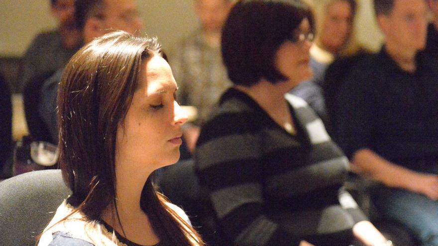 Empleados de Intel durante un curso de meditación
