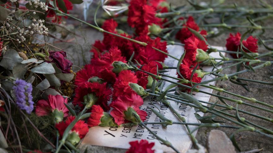 Los claveles lanzados sobra la tumba de Antonio Machado