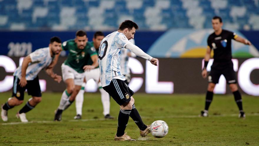 Messi la acaricia para convertir su primer gol ante Bolivia. El capitán argentino enseña el camino de una Selección que se ilusiona.