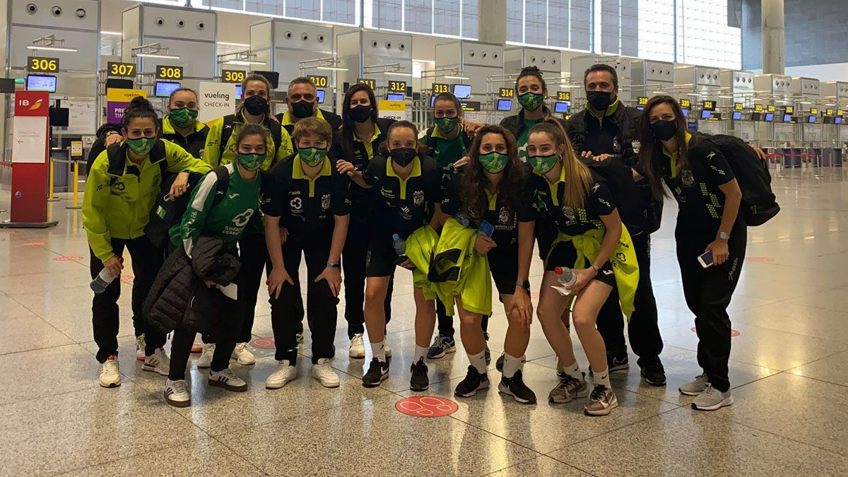 Las jugadoras del Deportivo Córdoba, en el aeropuerto de Málaga.