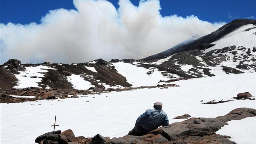 Comienza la evacuación de pobladores por el peligro de erupción del volcán Copahue en Chile