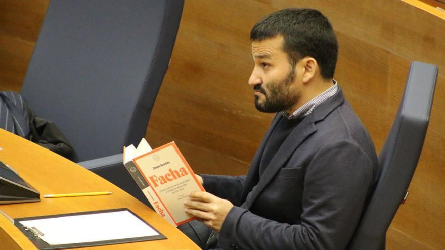 Vicent Marzà con el libro 'Facha', de Jason Stanley