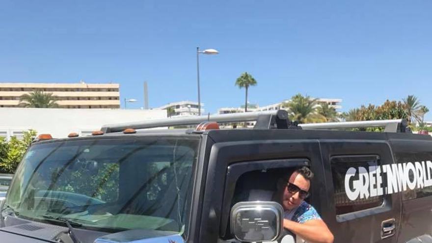 Norberto Jonay Pérez Peña posando a bordo de un todoterreno Hummer.