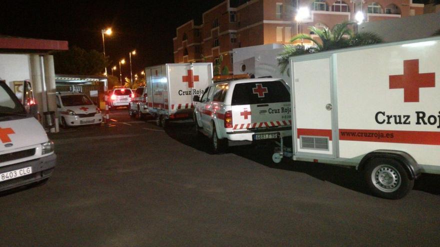 Personal de la Cruz Roja movilizado para la llegada de una patera a Arguineguín