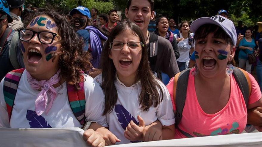 """Estudiantes realizan una vigilia por los """"caídos"""" y oposición llama a otra marcha"""