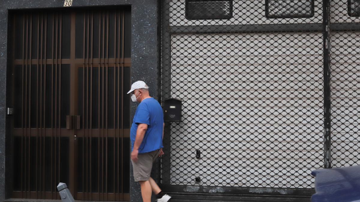 Un hombre provisto con una mascarilla camina por una calle de Tenerife