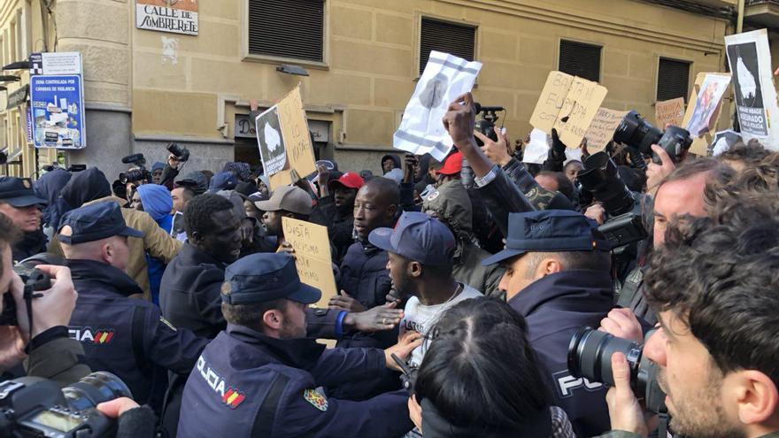 Tensiones entre policías y manifestantes en Lavapiés . / David Noriega