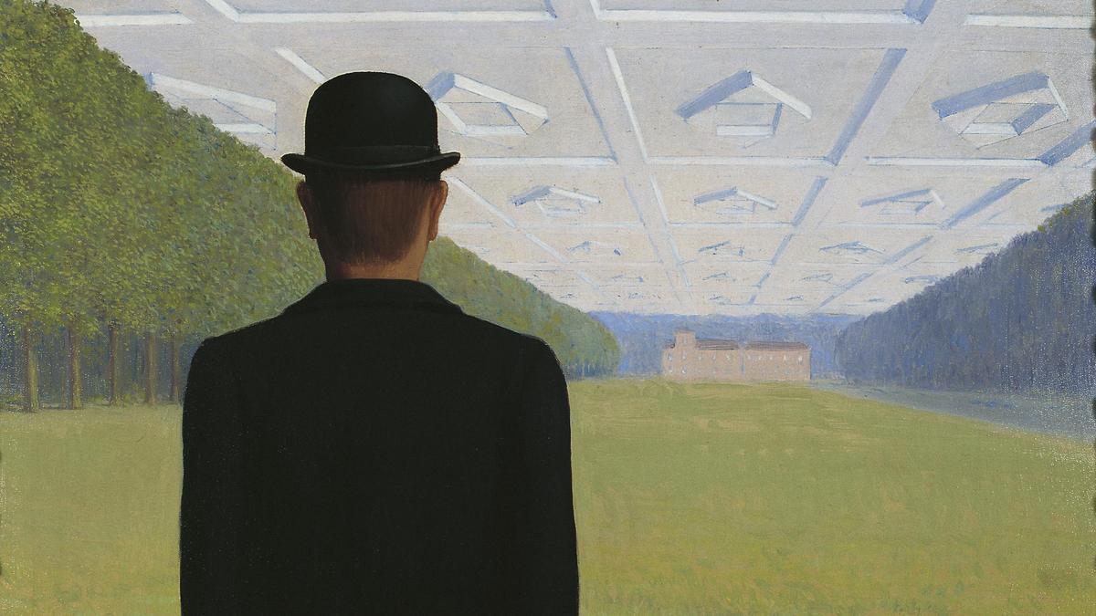 Un hombre con bombín, un motivo recurrente en la pintura de Magritte, aparece en 'El gran siglo' de 1954