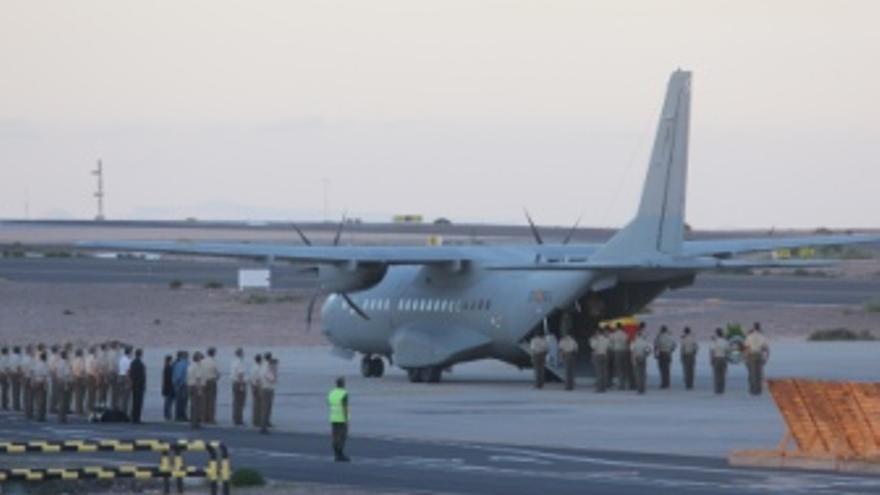 Avión donde fueron trasladados los restos mortales. (ACFI PRESS)