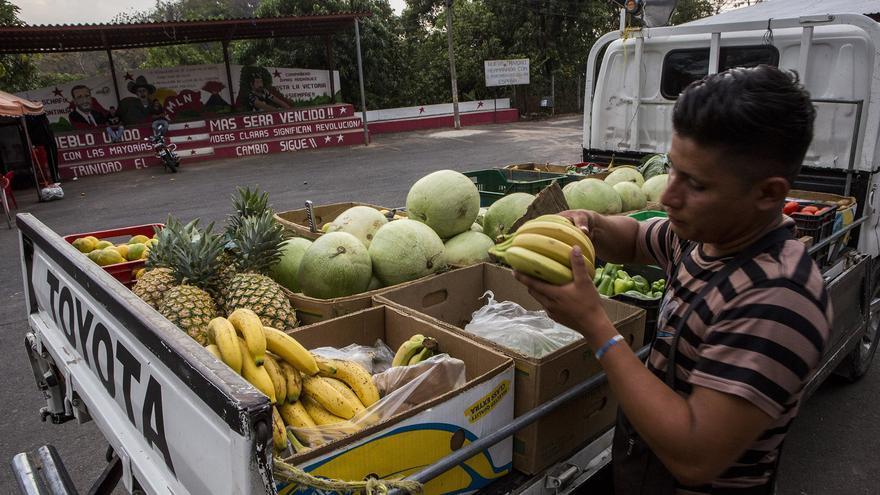 Un vendedor reparte fruta en en centro de Nueva Trinidad