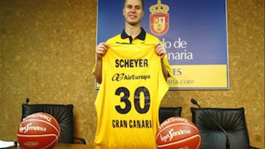 El jugador nortemaricano posa con su nueva camiseta. (cbgrancanaria.net)