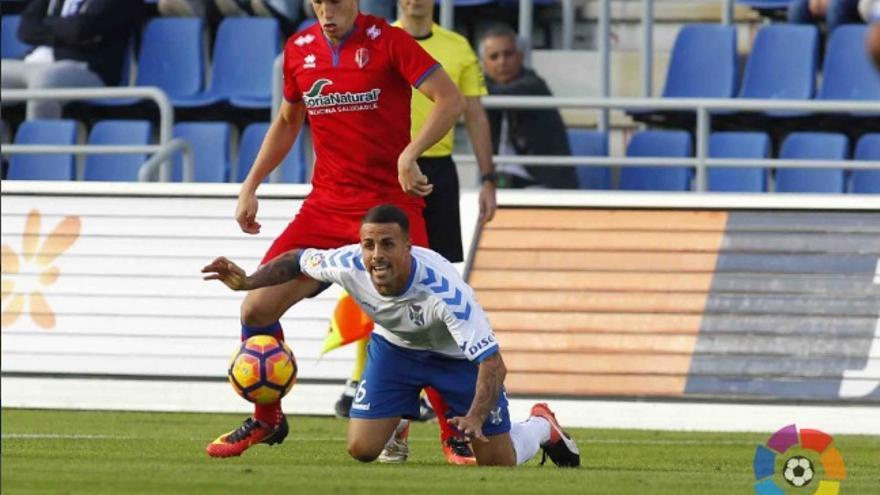 El jugador del CD Tenerife, Vitolo, durante el encuentro frente al Girona