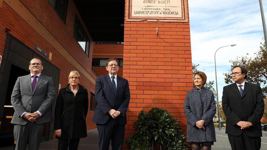 El president de la Generalitat, Ximo Puig, junto a la rectora de la Universitat de València, Mavi Mestre (segunda por la izquierda), en el homenaje a Ernest Lluch