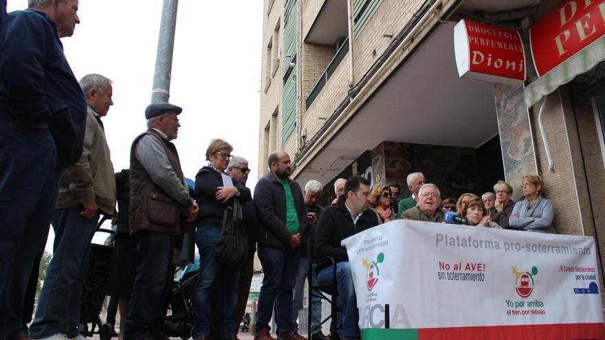 Los vecinos del sur de la ciudad anuncian más movilizaciones en favor del soterramiento del ferrocarril / PSS