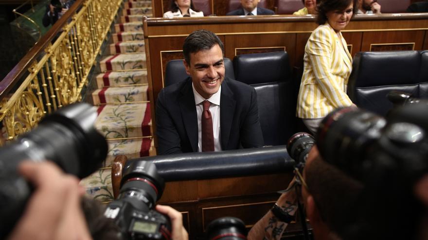 Pedro Sánchez junto a la vicepresidenta, Carmen Calvo, en una sesión en el Congreso.