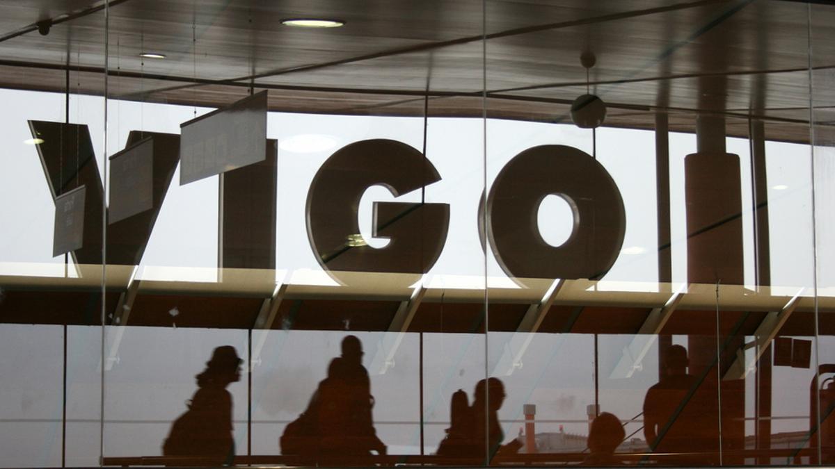Imagen de varios pasajeros en el aeropuerto de Vigo