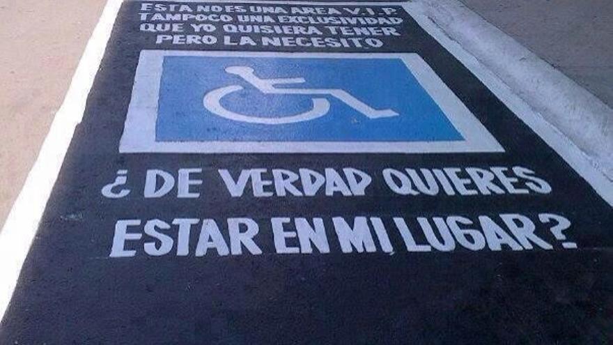 Mensajes pintados en las plazas de aparcamiento reservadas para discapacitados en LPGC.