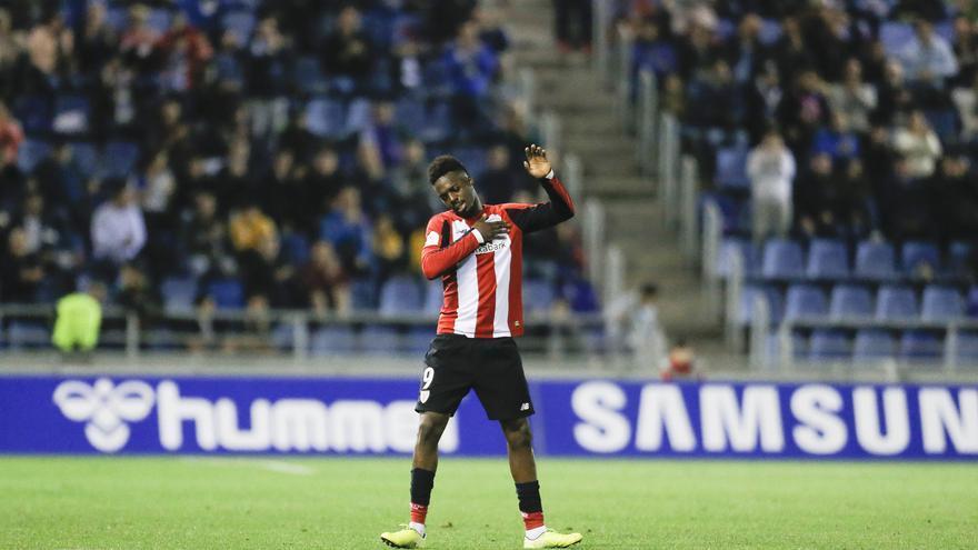 El delantero del Athletic Club de Bilbao, Iñaki Williams, en el momento de abadonar el terreno de juego agradeciendo el trato del público del Heliodoro.