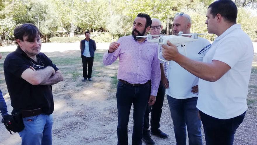 El alcalde, con parte del equipo de investigadores de la UCM, en una jornada de grabación de imágenes con dron. Fotografía: Ayuntamiento de Azuqueca