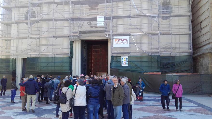Unas cien personas trataron de acceder a la catedral.
