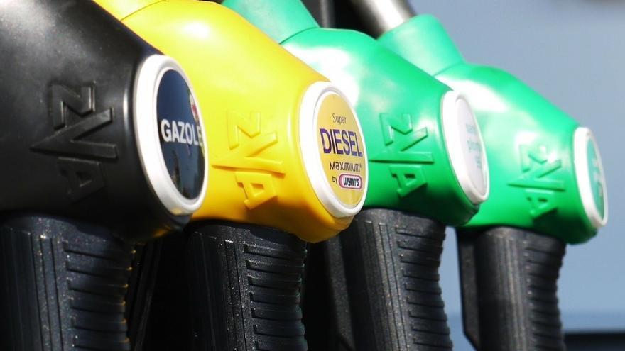 Una docena de estaciones de servicio de Bizkaia y Gipuzkoa venden la gasolina 95 por debajo de un euro/litro
