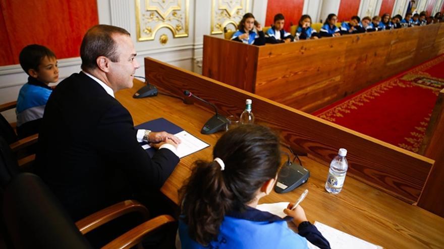El alcalde del Las Palmas de Gran Canaria, Augusto Hidalgo, durante un pleno infantil en el que han participado 50 escolares de la ciudad.