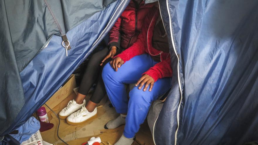 Simone y Rachel (nombres ficticios) retratadas en el campamento de Vathi en la tienda de Rachel.
