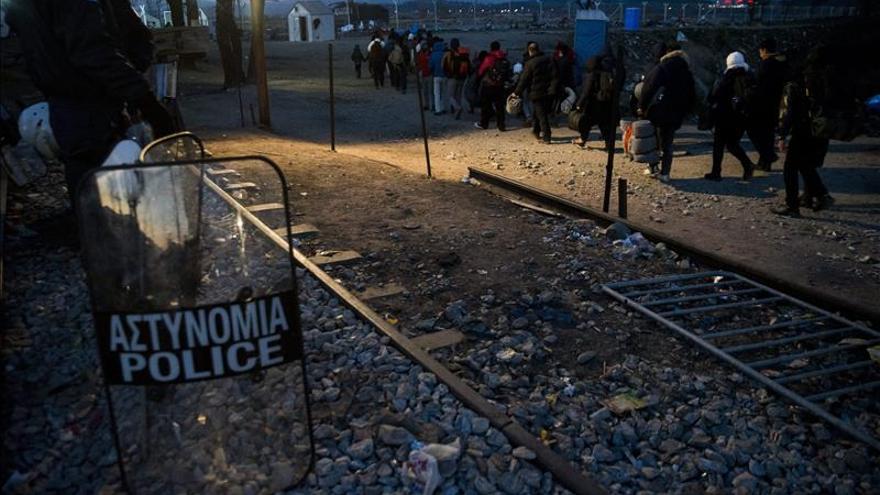 La Policía griega desaloja a un millar de migrantes en la frontera con Macedonia