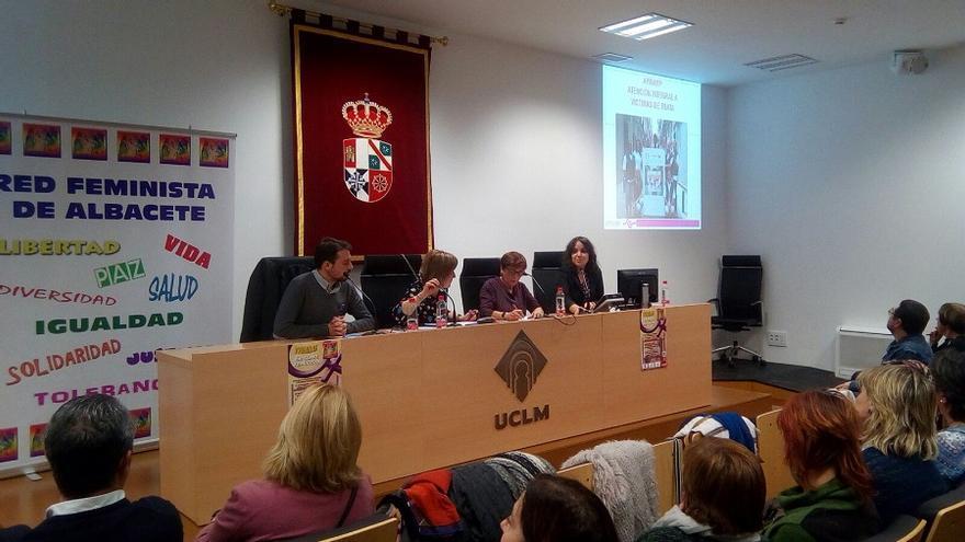 Ana Delgado (derecha) junto a Toñi Genaro, durante la Jornada organizada por la Red Feminista de Albacete