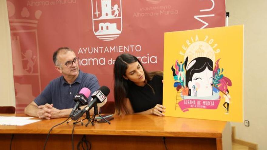 El concejal de Festejos, Pedro López, junto a la ganadora del concurso para la ilustración de las Fiestas de Alhama 2019,Paula Andrea Salinas Ospina
