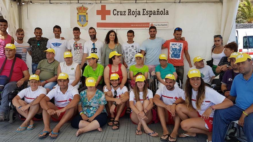 Un grupo de participantes en octava edición del programa 'Verano sin barreras' con la consejera insular de Asuntos Sociales, miembros de Cruz Roja y jugadores del Mensajero.
