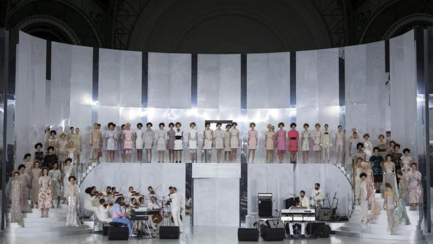 Chanel recorre la Alta Costura con deportivas y corsés de Lagerfeld