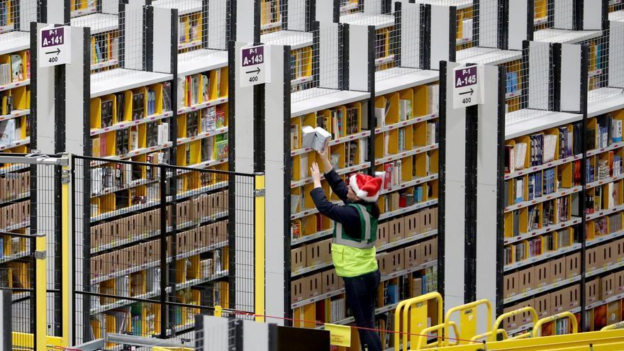 Un trabajador de un centro logístico de Amazon, en una imagen de archivo.