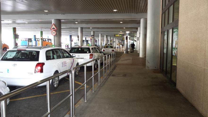 Varios taxis de Telde e Ingenio hacen cola en el Aeropuerto de Gran Canaria.