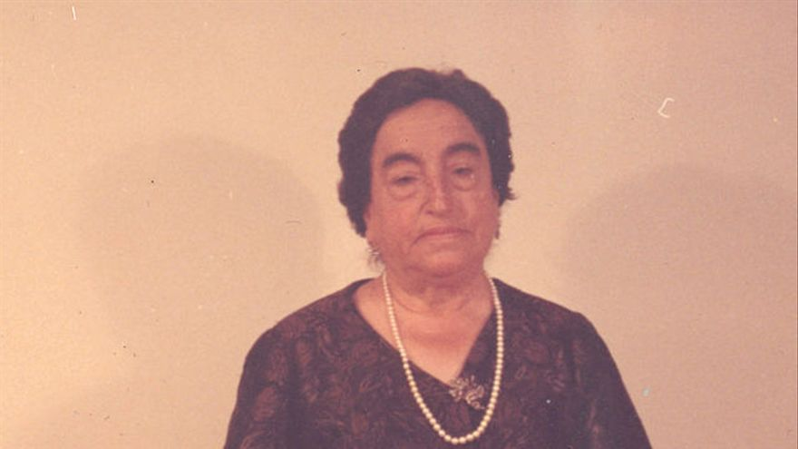 La maestra Ángela Ruiz Robles posa con su invento, la Enciclopedia Mecánica