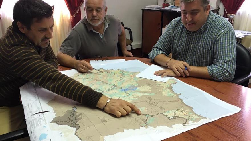 De izquierda a derecha: Martín Taño, Argelio Hernández y Jorge González en la reunión de trabajo mantenida el miércoles en el Ayuntamiento de Garafía.