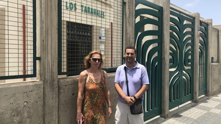 José Francisco González en la puerta del IES Los Tarahales, donde ha iniciado una huelga de hambre. Junto a él, una compañera de profesión.
