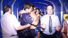 Benítez en el túnel de vestuarios junto a Sergio Aragoneses.